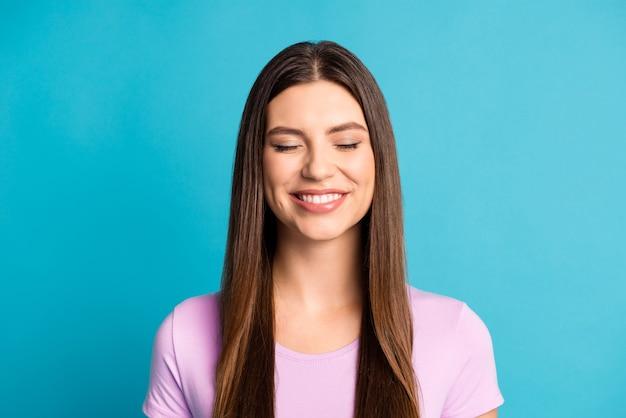 Photo de jolie femme rêveuse porter une tenue violette décontractée les yeux fermés fond de couleur bleu isolé