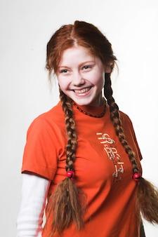 Photo d'une jolie fille rousse avec de longues tresses