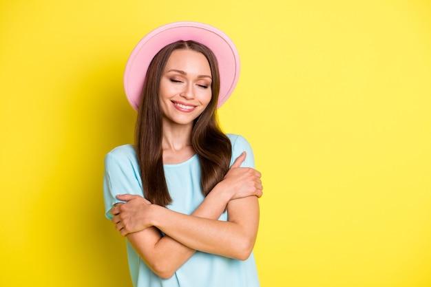 Photo d'une jolie fille satisfaite et positive s'embrasser profiter de tendres câlins doux et confortables porter une belle tenue isolée sur fond de couleur brillant