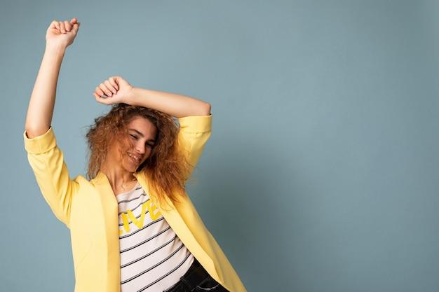 Photo de jolie jeune femme émotive heureuse mignonne en équilibre isolée sur le mur de fond avec libre