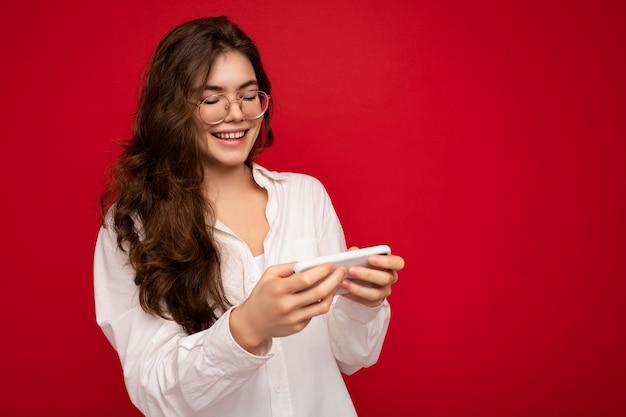 Photo d'une jolie jeune femme positive et séduisante portant une tenue élégante et décontractée en train de se poser