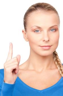 Photo de jolie jeune femme avec son doigt vers le haut