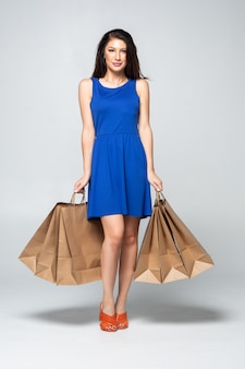 Photo d'une jolie jeune femme tenant des sacs à provisions isolés