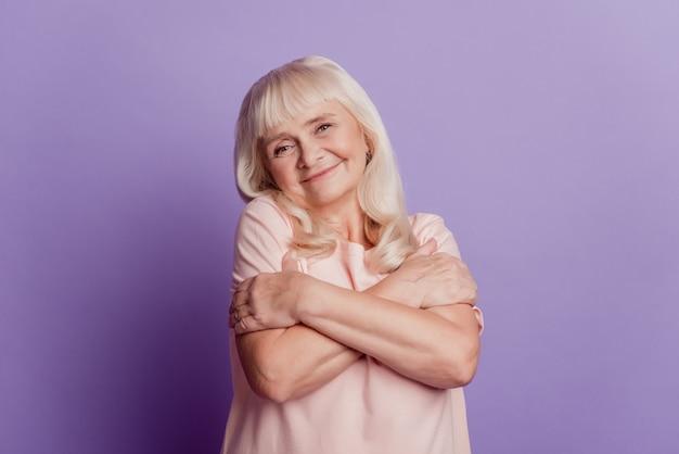 Photo de jolie vieille dame s'embrassant isolé sur fond violet