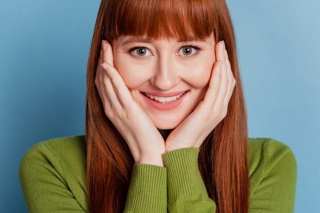 Photo de joyeuse jeune femme avec un sourire rayonnant isolé sur fond bleu