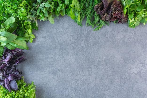 Photo de légumes verts frais et sains sur fond de pierre.