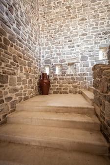 Photo d'un long escalier en pierre à l'intérieur de l'ancienne tour