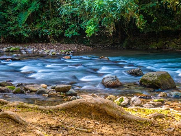 Photo longue exposition des rapides de la vallée de la ribeira.