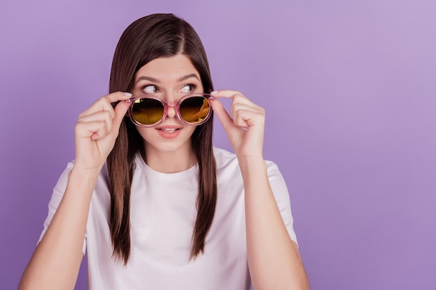 Photo de lunettes de soleil tactile fille drôle look espace vide isolé sur fond violet