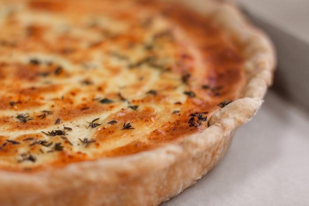 Photo macro de tarte au fromage sur le mur blanc.