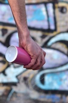 Photo de la main d'un artiste de rue qui dessine un nouveau graffiti