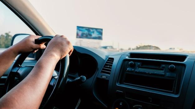 La photo de la main contrôle le volant.