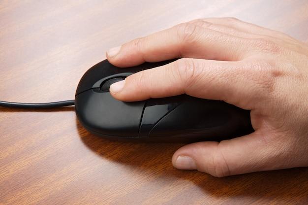 Une photo d'une main masculine et d'une souris