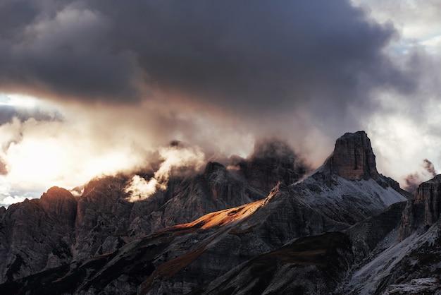 Photo de majestueuses montagnes de dolomite près de l'auronzo di cadore en plein soleil.