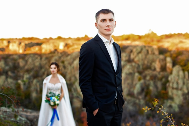 Photo de mariage d'un couple dans les montagnes