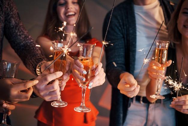 Une photo mettant en vedette un groupe d'amis qui s'amusent avec des bonhommes de neige et du champagne. bonne année. fermer.