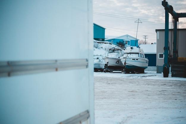 Photo de mise au point peu profonde du speadboat blanc