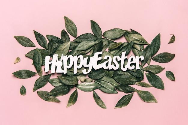 Photo de mise à plat créative de joyeux mots de pâques sur fond coloré.