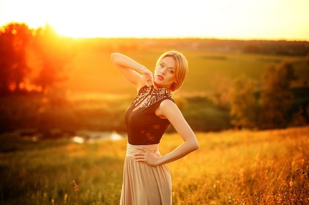 Photo de mode de la belle jeune fille aux cheveux blonds portant lu