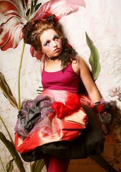 Photo de mode de femme dans le style de poupée. maquillage créatif.