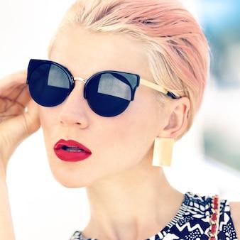 Photo à la mode filles dans des lunettes élégantes