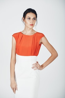 Photo de mode d'une jeune femme magnifique en blanc