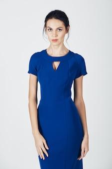 Photo de mode d'une jeune femme magnifique vêtue d'une robe bleue