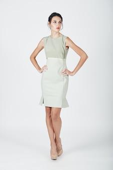 Photo de mode d'une jeune femme magnifique vêtue d'une robe brillante