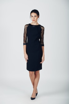 Photo de mode d'une jeune femme magnifique vêtue d'une robe noire