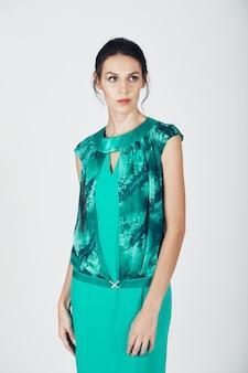 Photo de mode d'une jeune femme magnifique vêtue d'une robe turquoise