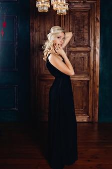 Photo de mode d'un riche glamour intérieur belle jeune fille blonde