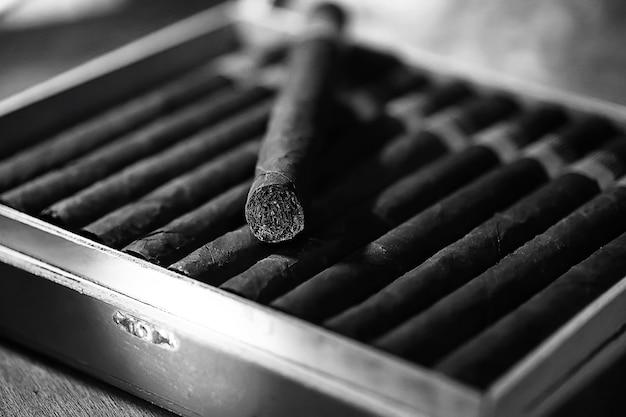 Photo monochrome de grande boîte en bois de cigares production cubaine à la main