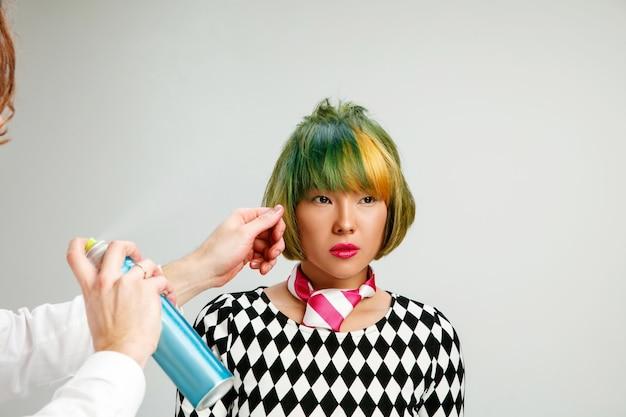 Photo montrant une femme adulte au salon de coiffure