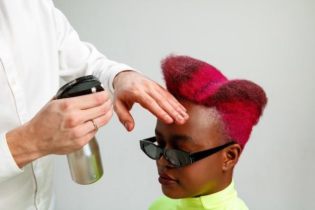 Photo montrant une femme au salon de coiffure.
