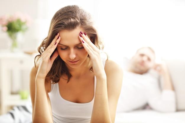Photo montrant une jeune femme et son homme ayant un problème dans la chambre