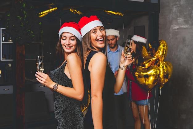 Photo montrant les meilleurs amis célébrant le nouvel an