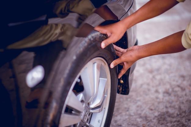 La photo montre la pression des pneus pour la sécurité. concept de sécurité