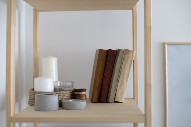 Photo murale intérieure au design minimaliste élégant avec des éléments scandi élégants à cadre en bois