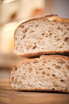 Photo de nature morte de pain rustique sur un fond en bois avec lumière naturelle