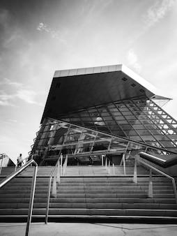 Photo en niveaux de gris d'un bâtiment en verre
