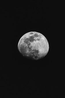 Photo en niveaux de gris de la pleine lune