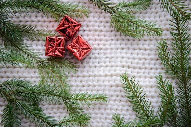 Photo de noël avec des cadeaux sur un fond tricoté