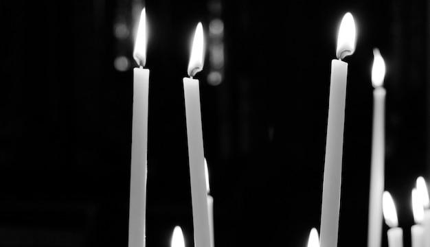 Photo noir et blanc de bougies