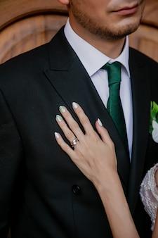 Photo en noir et blanc de la main de la mariée