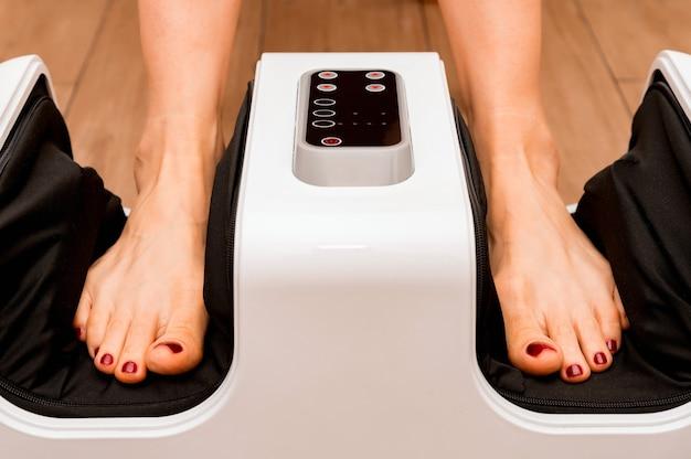 Photo d'un nouveau masseur de pieds noir et blanc qui masse les jambes. mise au point sélective