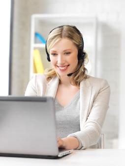 Photo de l'opérateur de la ligne d'assistance avec un ordinateur portable.