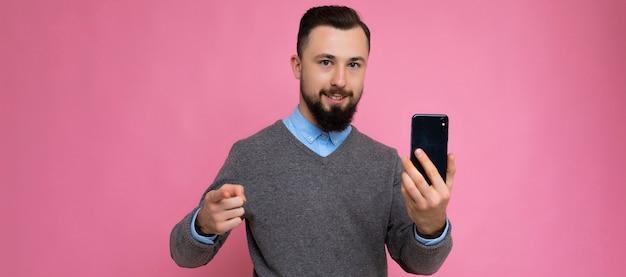 Photo panoramique de beau jeune homme mal rasé cool cool avec barbe gris élégant