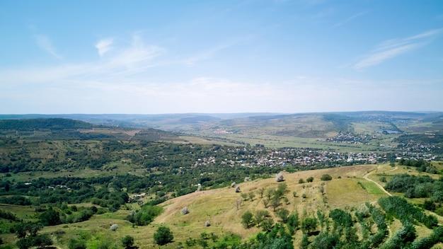 Photo panoramique d'un champ et ciel bleu