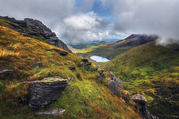 Photo panoramique du carrauntoohil dans la péninsule d'iveragh dans le comté de kerry, irlande