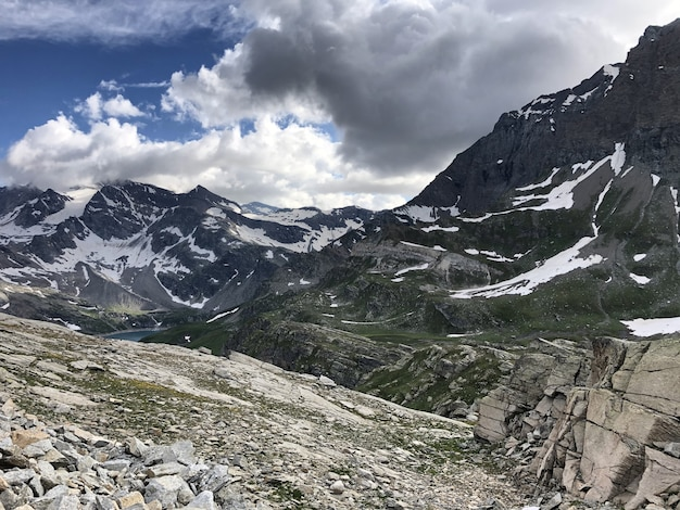 Photo panoramique du parco nazionale gran paradiso valnontey en italie par temps nuageux